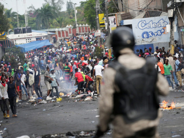 Protesters in Haiti burn buildings, loot police station in drive to remove president (PHOTOS)