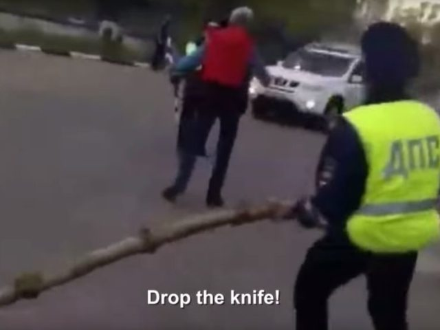 Non-lethal, but dead-on: WATCH Russian cops use massive BIRCH LOG to disarm knife-wielding man
