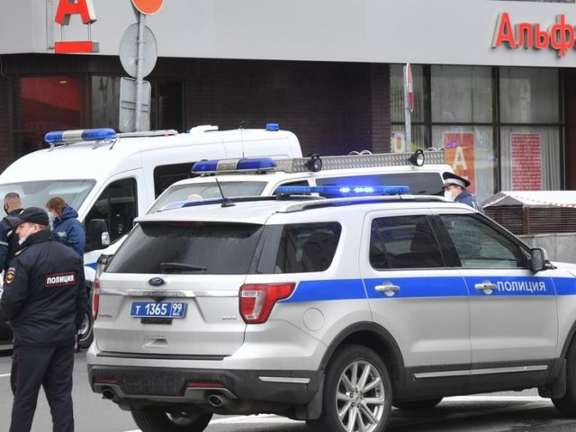 Fake 'bomber' detained after triggering HOSTAGE situation at bank in central Moscow (VIDEO)