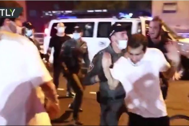 WATCH: Hundreds of right- & left-wing protesters clash with each other and police on Tel Aviv streets