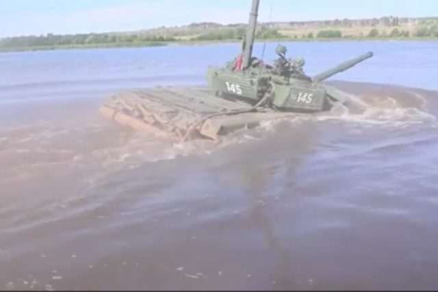 It's a submarine? NO, IT'S A TANK! Russian troops drive T-72 on riverbed (VIDEO)