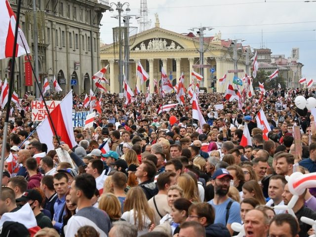Tens of thousands again hit streets of Minsk as protests continue across Belarus for 4th consecutive weekend (PHOTOS, VIDEOS)