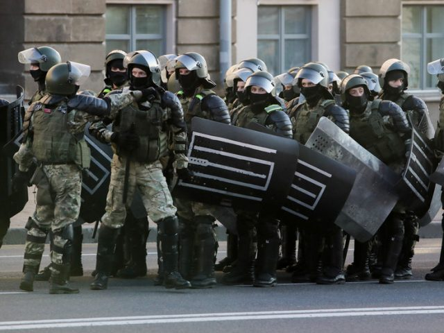 Belarusian police use mace on protesters & fire warning shot amid clashes at anti-Lukashenko rally in Brest (VIDEOS)