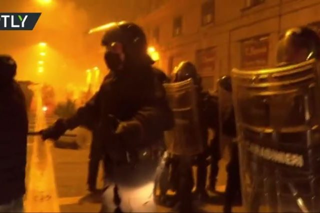 Anti-lockdown protesters smash police cars in Naples after new Covid-19 restrictions announced (VIDEOS)