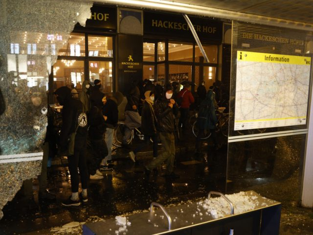 Broken windows & torched cars: Protesters rampage in Berlin after eviction of 'anarcha-queer-feminist' squat (PHOTOS, VIDEO)