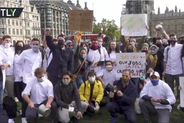 'Left behind': UK hospitality workers bang pots & pans to make Parliament hear their pleas amid coronavirus restrictions (VIDEO)