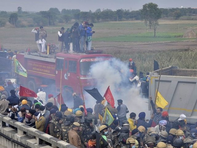 Farmers hit with water cannon and tear gas as Indian police try to halt protest march on Delhi (VIDEO)