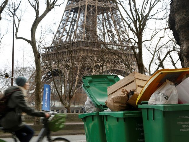 Paris garbage collectors BURN bins & block street in strike over working conditions (VIDEOS)