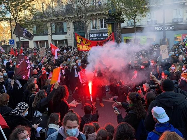 Almost 100 Police Officers Injured During Saturday Protests in France, Interior Minister Says