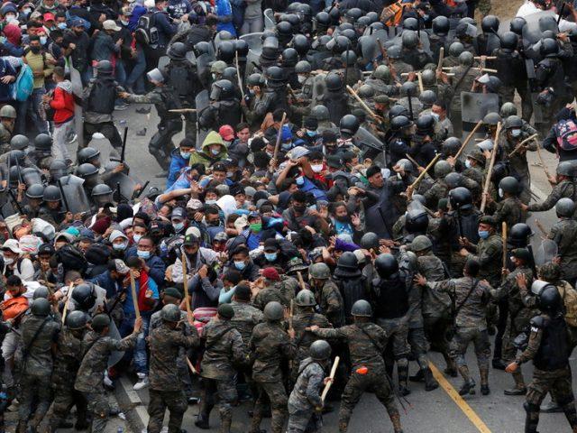 Massive caravan of Honduran migrants fights Guatemalan troops on journey to US border (PHOTOS, VIDEOS)