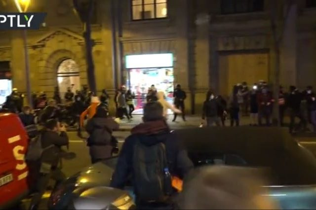 Rioters erect barricades & throw bottles at police during 8th night of Pablo Hasel protests in Barcelona (VIDEO)
