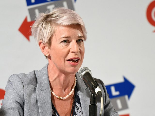 Australians call for Katie Hopkins to be deported as she arrives in Sydney & breaks quarantine rules while citizens stuck abroad