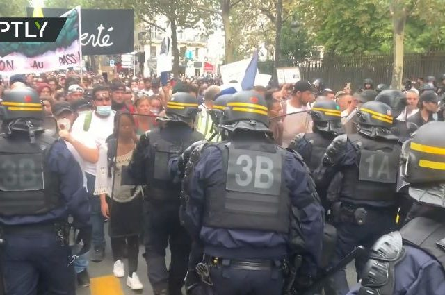 'Liberté': Thousands take to the streets in Paris to once again decry Covid-19 health pass restrictions (VIDEO)