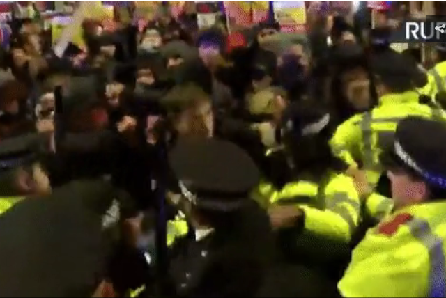 Scuffles with police in central London as outraged anti-Brexit protesters march on 10 Downing Street (VIDEOS)