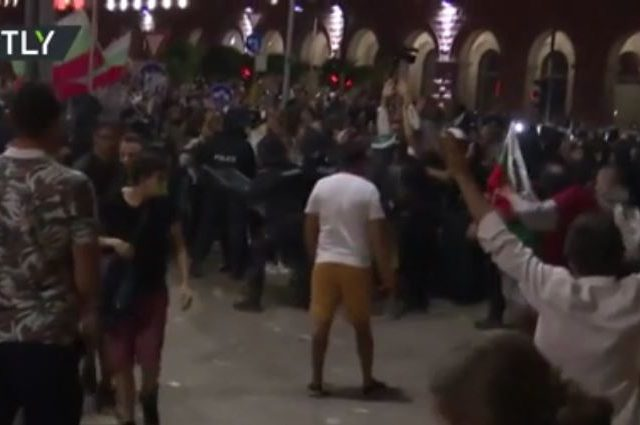 60 arrested as Bulgaria's largest anti-government protest in 2 months descends into violence (VIDEO)