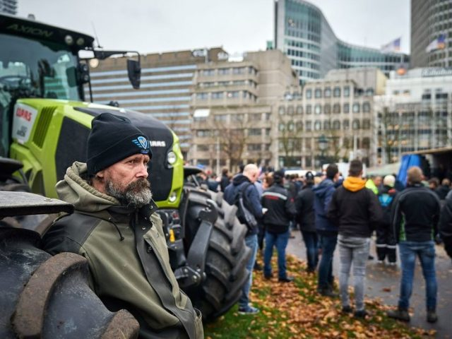 Irate Dutch farmers clog roads in major tractor protest over government's climate change policy (VIDEOS)