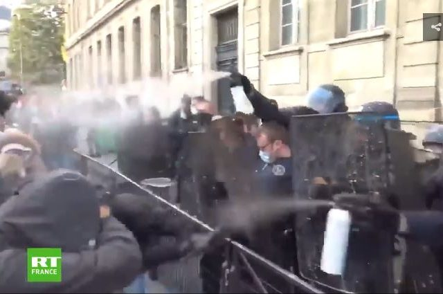 WATCH: Paris riot police use tear gas & pepper spray to disperse students protesting over insufficient Covid-19 measures