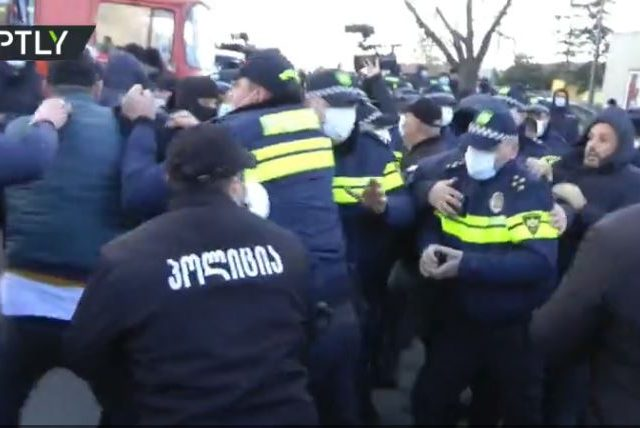 WATCH Georgian police detain opposition leader & clash with his supporters during raid on party HQ