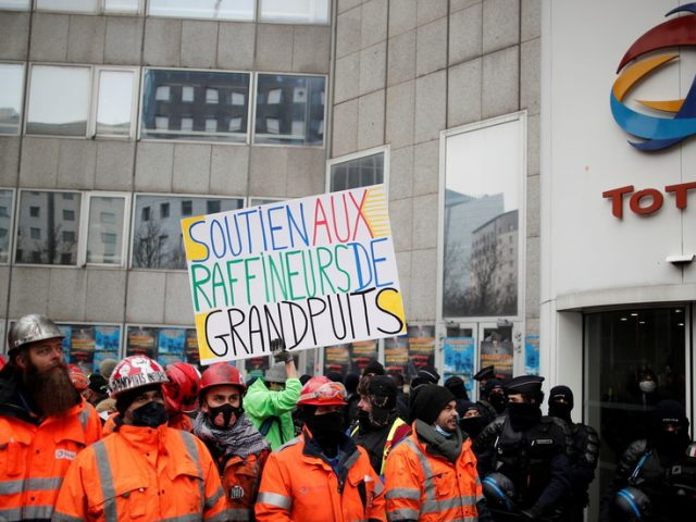 WATCH: Striking French refinery workers & climate protesters clash with police outside office of oil giant Total