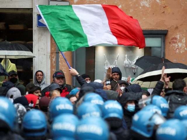 Italians pelt police with stones, set off fireworks as hundreds descend on PM's office to protest Covid curbs (VIDEOS)