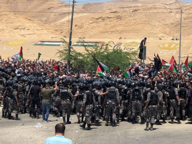 Jordanian police disperse pro-Palestinian & pro-Hamas protesters marching towards West Bank border – media