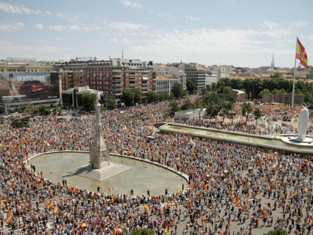 Tens of thousands gather in Madrid to protest plans to pardon jailed Catalan independence leaders (VIDEOS)