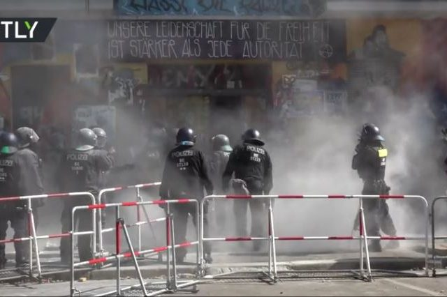 Berlin police use chainsaw to pry open door of famous far-left squat (VIDEO)