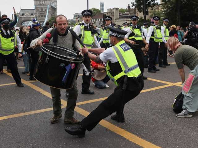 Police descend on London's iconic Tower Bridge after XR activists block landmark (VIDEOS)