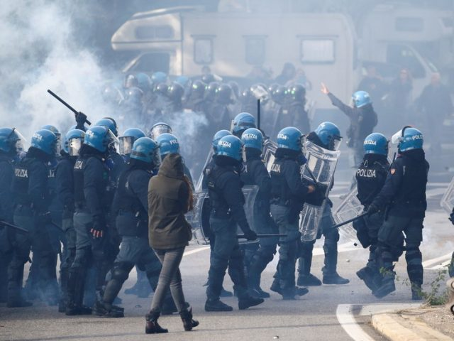 Italian riot police fire tear gas, water cannon at anti-Covid health pass protesters blocking Trieste port (VIDEOS)